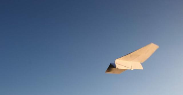 un avión de papel