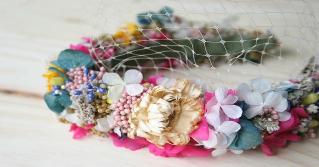 una diadema de flores