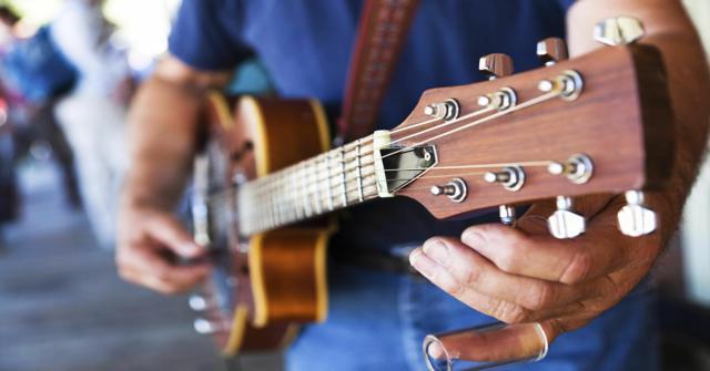 afinar una guitarra