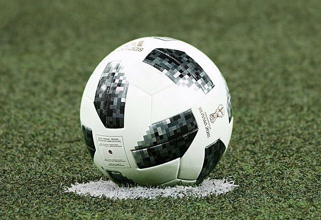 chutar la pelota de fútbol
