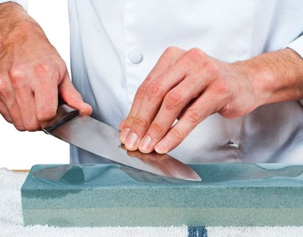 afilar un cuchillo con piedra