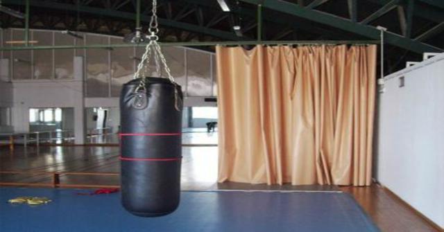 colgar un saco de boxeo
