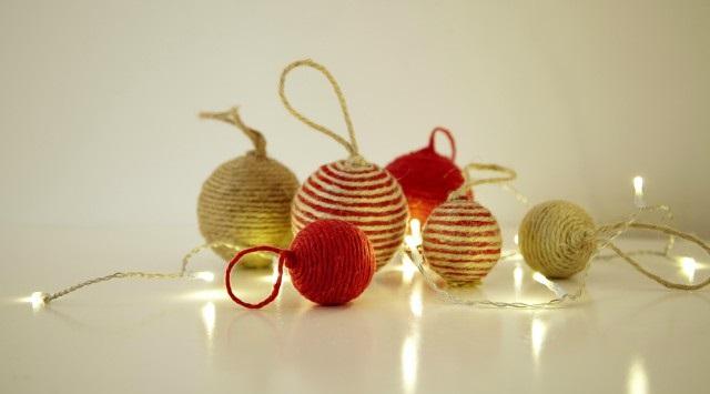 bolas de navidad con cuerdas