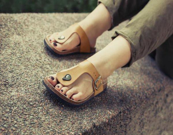 limpiar sandalias de cuero