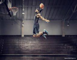 juega al baloncesto