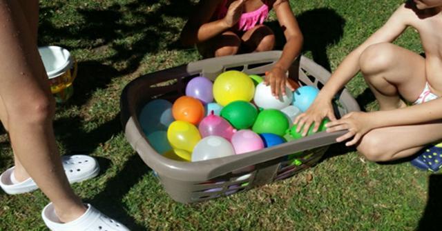 jugar con globos de agua