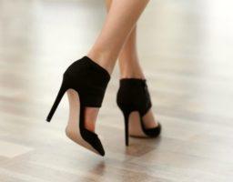 caminar con tacones altos
