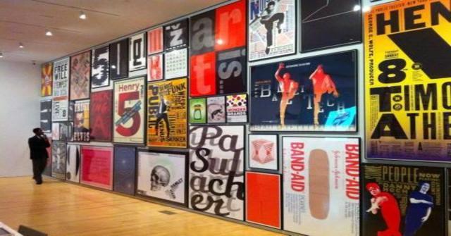 pósters sin marca en la pared